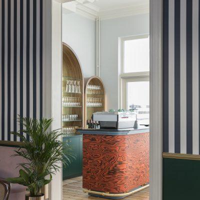Rode marmeren bar met gouden details Luddites Antwerpen