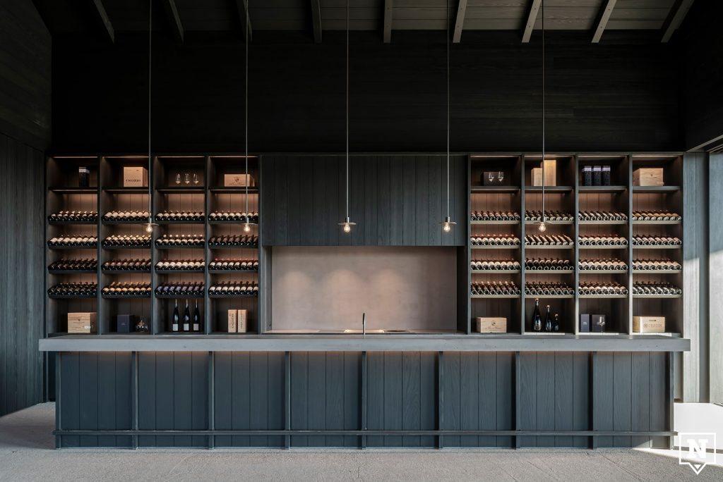 Toog uit beton en hout met wijnrekken Valke Vleug Liezele
