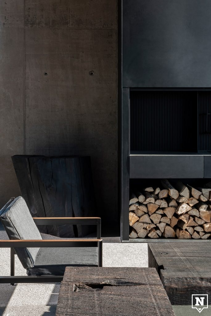 Interieur met bruine aardse tinten en kachel met hout Valke Vleug Liezele