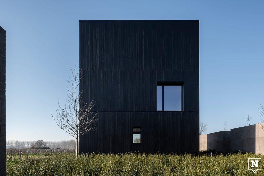 Donker vierkanten gebouw op veld Valke Vleug Liezele